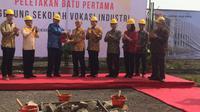 Menteri Perindustrian Airlangga Hartarto berkunjung ke Gunung Steel Group dalam rangka prosesi peletakkan batu pertama gedung sekolah vokasi industri di Cikarang, Jawa Barat, jumat (15/2/2019).
