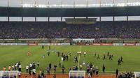 Penonton mencoba masuk ke lapangan di Stadion Si Jalak Harupat seusai laga Persebaya vs Persib di Piala Presiden 2019, Kamis (7/3/2019). (Bola.com/Muhammad Adiyaksa)