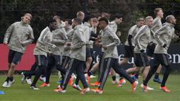 Para pemain Ajax Amsterdam melakukan sesi latihan jelang laga semifinal Liga Champions di Stadion Johan Cruyff, Rabu (8/5). Ajax Amsterdam akan berhadapan dengan Tottenham Hotspur. (AP/STR)