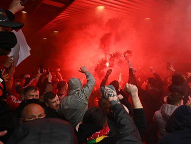 Ribuan suporter Manchester United mencoba untuk memaksa masuk ke dalam stadion Old Trafford saat mereka memprotes keluarga Glazer menjelang pertandingan Liga Premier Inggris melawan Liverpool. (Foto: AFP/Oli Scarff)