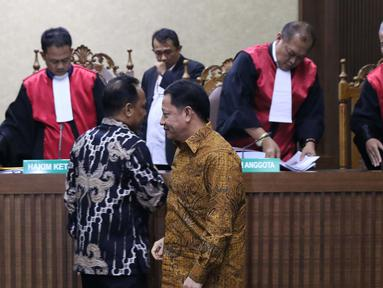 Terdakwa dugaan korupsi pengadaan lahan Bandara Bobong pada APBD Kabupaten Kepulauan Sula tahun 2009 Zainal Mus (kiri) dan Ahmad Hidayat Mus usai sidang pembacaan tuntutan di Pengadilan Tipikor, Jakarta, Kamis (14/3). (Liputan6.com/Helmi Fithriansyah)