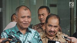Ketua KPK Agus Rahardjo (kiri) menjawab pertanyaan wartawan usai melakukan pertemuan di Gedung KPK, Jakarta, Selasa (6/3). KPK dan PPATK bertemu untuk memperkuat kerja sama dalam pemberantasan korupsi dan TPPU. (Liputan6.com/Herman Zakharia)