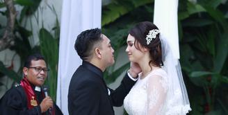Feby Febiola dan Franky Sihombing telah resmi menjadi pasangan suami istri setelah melangsungkan pernikahan pada Jumat, 22 Januari 2016. Mereka tampak mesra dan lengket layaknya pasangan yang dimabuk cinta. (Galih W. Satria/Bintang.com)