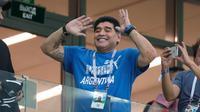 Tingkah mantan bintang sepak bola, Diego Maradona saat menyaksikan laga antara Argentina dan Kroasia dalam penyisihan Grup D Piala Dunia 2018 di Nizhny Novgorod Stadium, Nizhny Novgorod, Rusia, Kamis (21/6). (AP Photo/Ricardo Mazalan)