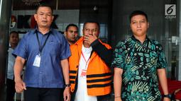 Bupati Mojokerto, Mustofa Kamal Pasa memakai rompi tahanan usai menjalani pemeriksaan oleh penyidik di gedung KPK, Jakarta, Senin (30/4). Mustofa Kamal Pasa resmi ditahan 20 hari kedepan untuk memudahkan pemeriksaan. (Merdeka.com/Dwi Narwoko)