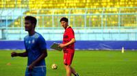 Milan Petrovic memantau latihan Arema FC (Liputan6.com/Rana Adwa)