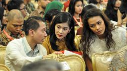 Lukman Sardi, Dian Sastro, dan Adinia Wirasti saat menghadiri peringatan Hari Film Nasional ke-65 di Istana Negara, Jakarta, Senin (30/3/2015). (Liputan6.com/Faizal Fanani)