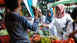 Warga melakukukan aktifitas jual beli saat kegiatan Bazar Ramadan di pelataran kantor DKPPP, BSD, Mekar Jaya, Serpong pada Rabu (15/5/2019). Bazar ini menjual beragam sembako yang dijual lebih murah hingga 50% dari harga pasar. (merdeka.com/Arie Basuki)