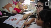 Orang tua mengajari anaknya belajar di rumah di kawasan Cinere, Jakarta, MInggu (5/4/2020). Gubernur DKI Jakarta Anies Baswedan memperpanjang kegiatan belajar dari rumah bagi pelajar di Jakarta hingga 19 April 2020. (Liputan6.com/Faizal Fanani)