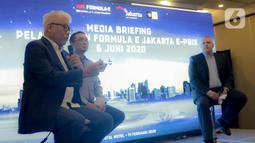 Dirut PT Jakarta Propertindo Dwi Wahyu Daryoto (kiri) saat konferensi pers kesiapan Penyelenggaraan Formula E Jakarta di Jakarta, Jumat (14/2/2020). Dwi Wahyu berharap pembangunan sirkuit, khususnya pengaspalan rute rampung dua bulan sebelum ajang balapan dimulai. (Liputan6.com/Faizal Fanani)