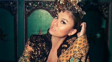 FOTO: Agnez Mo Dalam Balutan Batik dan Kebaya Nusantara Ini Gayanya Elegan
