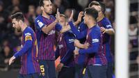 Selebrasi para punggawan Barcelona usai Luis Suarez mencetak gol ke gawang EIbar pada laga lanjutan La Liga yang berlangsung di stadion Camp Nou,  Senin (14/1). Barcelona menang 1-0 atas Eibar (AFP/Lluis Gene)