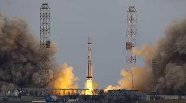 Roket Proton - M membawa pesawat luar angkasa ExoMars 2016 saat meluncur menuju planet Mars di Kazakhstan , (14/3). Program ini dipimpin oleh European Space Agency (ESA) kerjasama dengan badan antariksa nasional Rusia. (REUTERS / Shamil Zhumatov)