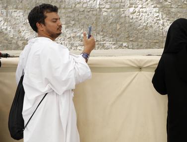 Melihat Lebih Dekat Jemaah Haji Lempar Jumrah di Mina