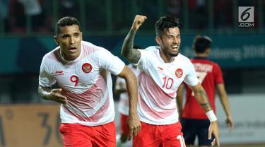 Penyerang Timnas Indonesia, Alberto Goncalves (kiri) bersama Stefano Lilipaly merayakan gol ke gawang Laos pada penyisihan Grup A Sepak Bola Asian Games 2018 di Stadion Patriot Candrabhaga, Bekasi, Jumat (17/8). (Liputan6.com/Helmi Fithriansyah)