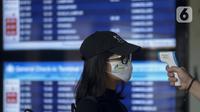 Calon penumpang menjalani pegecekan suhu tubuh saat berada di Terminal 2F Terminal 3 Bandara Soekarno Hatta, Tangerang, Banten, Jumat (24/4/2020). Pemerintah menghentikan sementara penerbangan komersil baik dalam maupun luar negeri untuk mencegah penyebaran COVID-19. (merdeka.com/Imam Buhori)