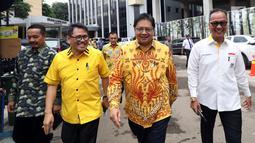 Ketua Umum Partai Golkar Airlangga Hartarto (dua kanan) bersama sejumlah musisi dalam diskusi panel di Kantor DPP Partai Golkar, Jakarta, Kamis (22/2). Acara ini sebagai perhatian Golkar terhadap para seniman dan penyanyi. (Liputan6.com/JohanTallo)