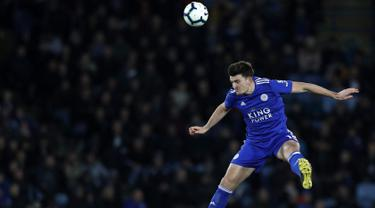 Bek Leicester City, Harry Maguire menyundul bola saat bertanding melawan Newcastle United pada pertandingan Liga Inggris di King Power Stadium pada 12 April 2019. Manchester United (MU) resmi merekrut Harry Maguire dari Leicester City, Senin (5/8/2019). (AFP Photo/Adrian Dennis)