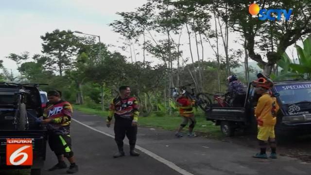 Puasa ternyata tidak menghalangi para penggemar olah raga sepeda gunung di Jember, Jawa Timur, untuk tetap menjalankan hobinya. Saat sore menjelang, mereka pun beramai-ramai naik menuju kawasan pegunungan Rembangan di Kecamatan Arjasa.