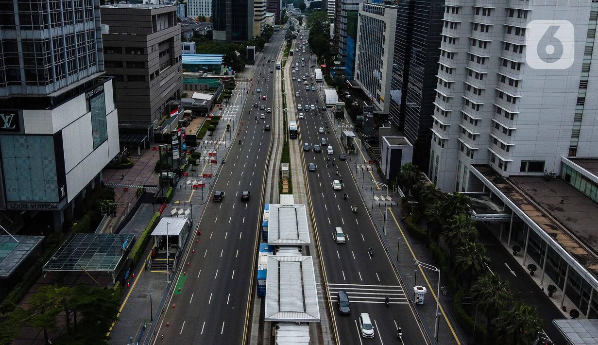 Foto udara arus lalu lintas kendaraan di jalan Thamrin, Jakarta, Selasa (7/4/2020). Volume kendaraan yang melintas di DKI Jakarta meningkat pada Senin (5/4/2020) setelah 18 hari penerapan work from home atau kerja dari rumah untuk mencegah penyebaran virus corona. (Liputan6.com/Faizal Fanani)