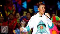 Ekpresi Agnez Mo saat menyanyikan lagu Coke Bottle single terbarunya dalam Konser Raya 21 Tahun Indosiar, Istora Senayan, Jakarta (11/1/2016). Agnez Mo terlihat atraktif di panggung Konser Raya 21 Tahun Indosiar tersebut. (Liputan6.com/Gempur M Surya)