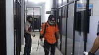 Anggota Satgas Covid-19 Sulawesi Barat menyemprotkan cairan desinfektan ke sejumlah ruangan di Kantor Kanwil Kemenkumhan Sulbar (Foto: Liputan6.com/Istimewa)