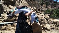 Selain menimbulkan longsor, aktivitas kegempaan di Gunung Ile Lewotolok, Kabupaten Lembata, NTT, menyebabkan ratusan warga mengungsi dan sejumlah sekolah terpaksa diliburkan. (Liputan6.com/Ola Keda)