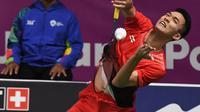 Pebulu tangkis Indonesia, Jonatan Christie mengembalikan kok saat bertanding melawan Kenta Nishimoto asal Jepang dalam semifinal tunggal putra Asian Games 2018 di Jakarta, Senin (27/8). Jonatan melaju ke final. (SONNY TUMBELAKA/AFP)