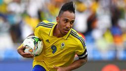 Pierre-Emerick Aubameyang. Striker Gabon berusia 32 tahun ini telah memasuki musim kelimanya bersama Arsenal musim 2021/2022 ini. Bersama Timnas Gabon, ia menjadi pencetak gol terbanyak dengan torehan 26 gol dari 62 laga. Pesaing terdekatnya adalah Malick Evouna (12 gol). (Foto: AFP/Gabriel Bouys)