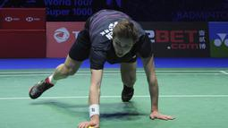 2. Viktor Axelsen - Tunggal putra nomor satu Denmark tersebut harus jatuh bangun saat melawan tungga putra asal Tiongkok, Shi Yuqi di semifinal All England 2019. (AP Newsroom)