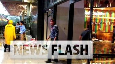 Pintu kaca AEON Mall pecah dihantam kanopi yang ambrol karena tak kuat menahan air hujan yang deras. Dalam kejadian tersebut, 14 korban mengalami luka.