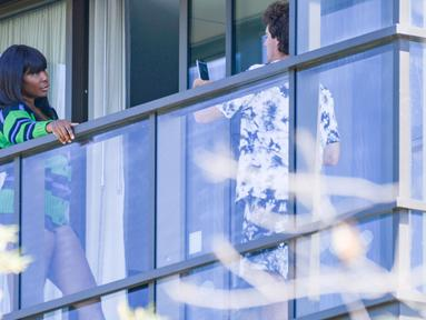 Petenis Amerika Serikat, Venus Williams, berpose saat pemotretan di balkon hotel di Adelaide, Australia, Jumat (22/1/2021). Venus Williams melakukan karantina selama dua minggu sebelum mengikuti ajang Australia Terbuka 2021. (AFP/Brenton Edwards)