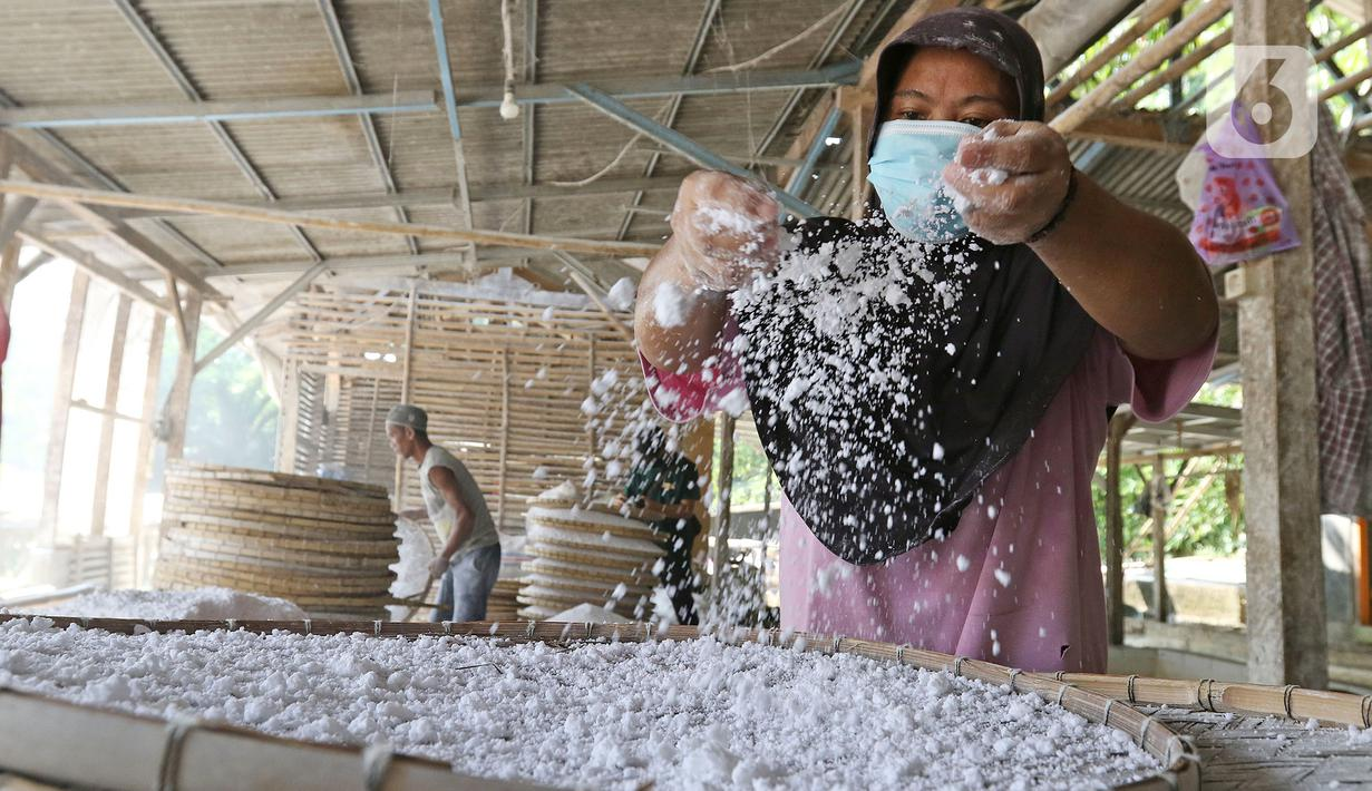 Pekerja menyelesaikan pembuatan tepung tapioka di industri rumahan kawasan Legok Nyenang, Kadumanggu, Kabupaten Bogor, Jawa Barat, Minggu (1/8/2021). Industri rumahan pembuatan tepung tapioka ini berada di luas lahan 1,5 hektare. (Liputan6.com/Herman Zakharia)