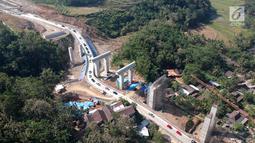 Foto udara antrean kendaraan pemudik saat melintasi tanjakan Jembatan Kali Kenteng di ruas tol fungsional Salatiga-Kartasura, Kab Semarang, Jateng, Selasa (12/6). Kepadatan terjadi karena jalan yang curam