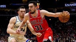 Pebasket Chicago Bulls, Tomas Satoransky, berusaha melewati pebasket Milwaukee Bucks pada laga NBA di United Center, Selasa (31/12/2019). Milwaukee Bucks menang 123-102 atas Chicago Bulls. (AP/Matt Marton)