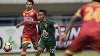 Gelandang Persebaya, Rendy Irwan, mengontrol bola saat melawan Martapura FC pada laga semifinal Liga 2 2017 di Stadion GBLA, Bandung, Sabtu (25/11/2017). Persebaya menang 3-1 atas Martapura FC. (Bola.com/Vitalis Yogi Trisna)