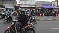 Sejumlah pengendara motor berputar balik di Pos Penyekatan Jalan Raya Bogor, Jakarta, Rabu (20/7/2021). Penyekatan tersebut merupakan tindak lanjut dari kebijakan Pemberlakuan Pembatasan Kegiatan Masyarakat (PPKM) Level 4 hingga 25 Juli 2021. (Liputan6.com/Herman Zakharia)