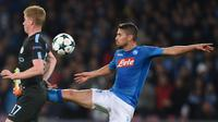 Gelandang Manchester City, Kevin De Bruyne berebut bola dengan gelandang Napoli, Jorginho pada matchday keempat Grup F Liga Champions di Stadion San Paolo, Kamis (2/11). City memenangi duel sengit melawan Napoli dengan skor 4-2. (Filippo MONTEFORTE/AFP)
