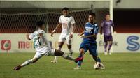 Pemain Persib Bandung, Dedi Kusnandar (kanan) berebut bola dengan pemain PS Sleman, Irkham Zahrul Milar dalam laga leg pertama semifinal Piala Menpora 2021 di Stadion Maguwoharjo, Sleman, Jumat (16/4/2021). (Bola.com/Ikhwan Yanuar)