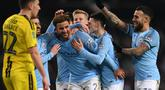 Pemain Manchester City, Kyle Walker dan Bernardo Silva merayakan gol ke gawang Burton Albion pada laga leg pertama semifinal Piala Liga Inggris di Stadion Etihad, Kamis (10/1). Manchester City menang telak atas Burton Albion 9-0. (Paul ELLIS/AFP)