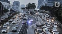 Kepadatan arus lalu-lintas saat pemberlakuan Ganjil Genap di Jalan MT Haryono, Jakarta, Senin (3/8/2020). Seperti diketahui, Pemprov DKI Jakarta kembali memberlakukan Ganjil Genap di 25 ruas jalan Ibu Kota sebagai upaya menekan laju pertambahan kasus Covid-19. (merdeka.com/Iqbal S. Nugroho)