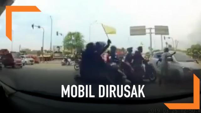 Salah satu rombongan mobil pengantar jenazah bertindak anarkis di Jalan Raya Cakung-Cilincing. Sebuah mobil dirusak karena dianggap menghalangi jalan mobil pengantar jenazah.
