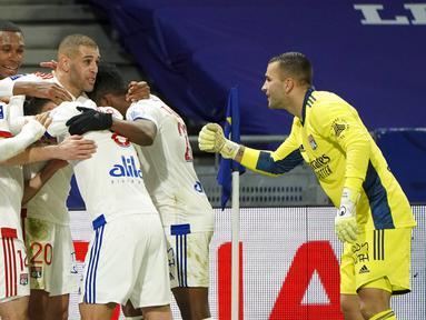 Para pemain Lyon merayakan gol ke gawang Bordeaux pada pertandingan Liga Prancis di Lyon, Prancis, Jumat (29/1/2021). Lyon menang 2-1 atas Bordeaux dan naik ke puncak klasemen sementara Liga Prancis menyalip Paris Saint-Germain (PSG). (AP Photo/Laurent Cipriani)