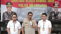 Kabid Humas Polda Metro Jaya Kombes Argo Yuwono (tengah) memberikan keterangan saat rilis kasus pengancaman pemenggalan terhadap Presiden Joko Widodo atau Jokowi di Mainhall PMJ, Jakarta, Senin (13/5/2019). Tersangka masih menjalani pemeriksaan intensif di Mapolda Metro Jaya. (Liputan6.com/Faizal Fa