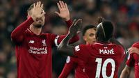 Penyerang Liverpool, Sadio Mane (kanan) berselebrasi setelah mencetak gol ke gawang Huddersfield Town dalam laga lanjutan Premier League 2018-19 pekan ke-36 di Anfield, Jumat (26/4). Bermain di kandang sendiri, Liverpool menang dengan skor telak 5-0.  (AP Photo/Jon Super)