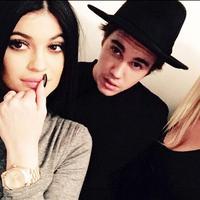 Usai putus dari Selena Gomez, Justin Bieber dikabarkan dekat dengan Kylie Jenner. Namun tak ada konfirmasi bahwa persahabatan mereka berubah menjadi hubungan mesra. (Daily Mail)