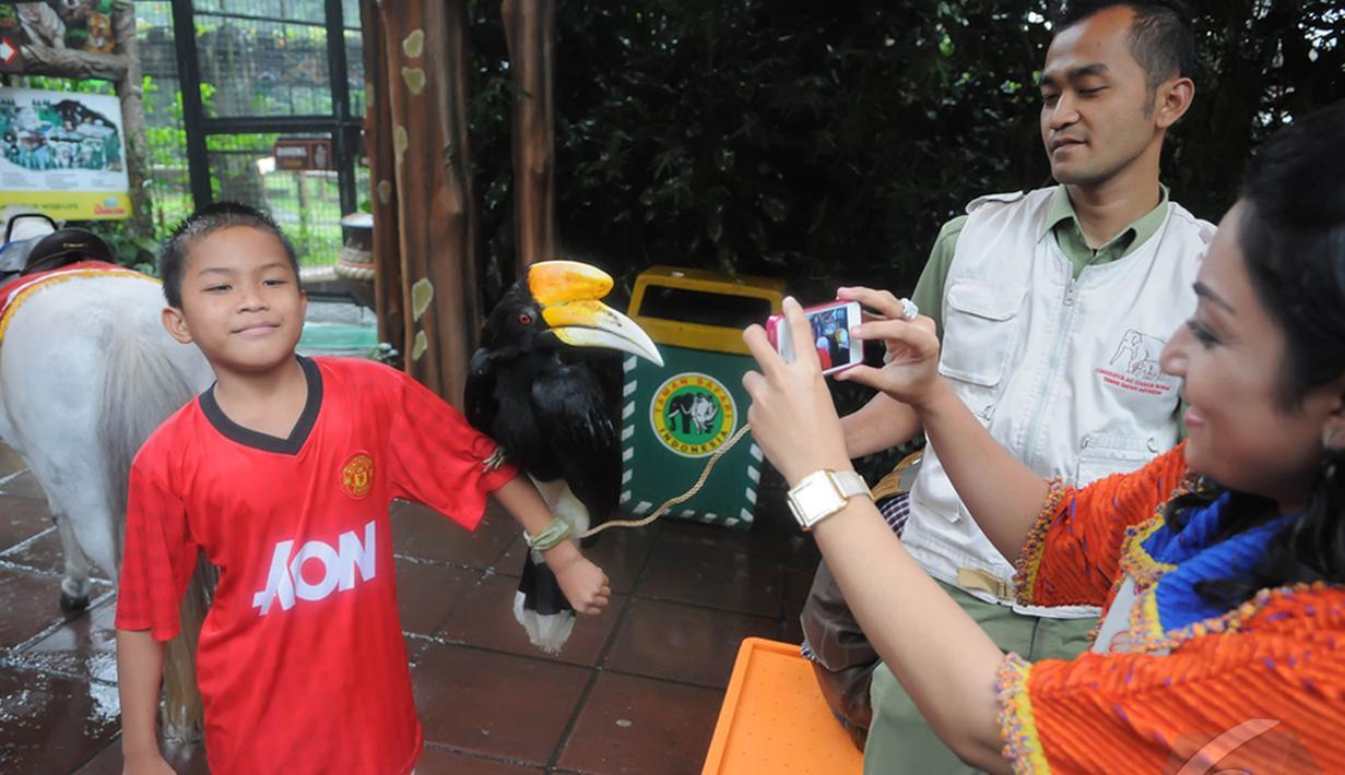 Libur panjang perayaan Natal dan Tahun baru 2015,  sejumlah wisatawan lokal memadati Taman Safari Indonesia, Bogor,  (25/12/14). (Liputan6.com/Herman Zakharia)