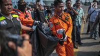 Petugas Basarnas membawa kantung jenazah terkait jatuhnya pesawat Lion Air JT 610 di Posko Evakuasi, Tanjung Priok, Jakarta, Senin (29/10). Pesawat membawa 178 penumpang dewasa, 1 anak-anak, 2 bayi, dan 7 awak pesawat. (Liputan6.com/Faizal Fanani)