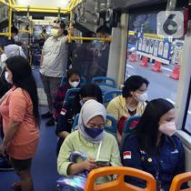 Suasana dalam bus Transjakarta yang melintas di kawasan Sudirman, Jakarta, Kamis (21/10/2021). PT Transportasi Jakarta (Transjakarta) mulai memberlakukan kapasitas angkut pelanggan sebesar 100 persen mulai hari ini. (Liputan6.com/Herman Zakharia)