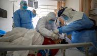 Pekerja medis memberikan perawatan kepada pasien virus corona atau COVID-19 di sebuah rumah sakit di Wuhan, Provinsi Hubei, China, Minggu (16/2/2020). Hingga saat ini terkonfirmasi 70.548 orang terinfeksi virus corona di China Daratan. (Chinatopix via AP)